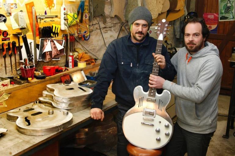 Jérémy et Bertrand fabriquent à la main des guitares en aluminium