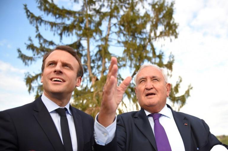 Emmanuel Macron et Jean-Pierre Raffarin, le 28 avril 2017.