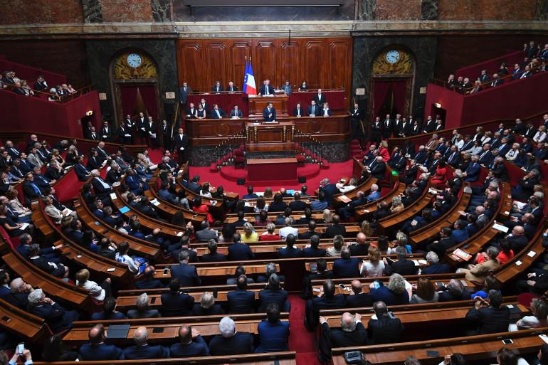 Le Parlement observe une minute de silence en mémoire de Simone Veil