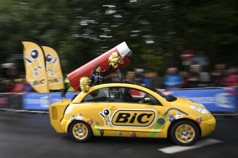 Un véhicule aux couleurs de Bic au sein de la caravane publicitaire du Tour de France