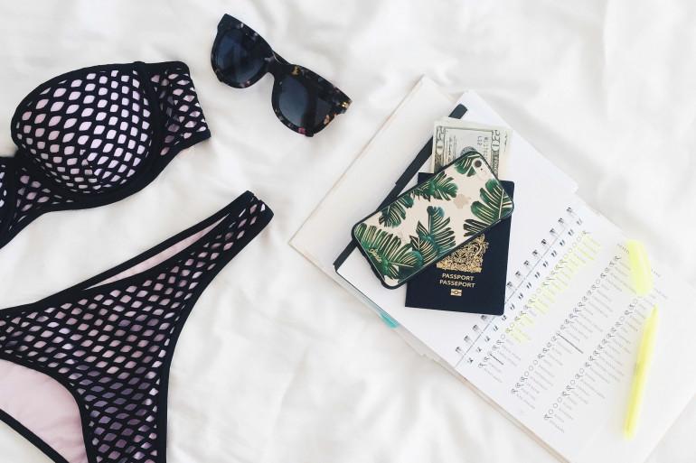 Quels accessoires coquins mettre dans sa valise pour les vacances ?