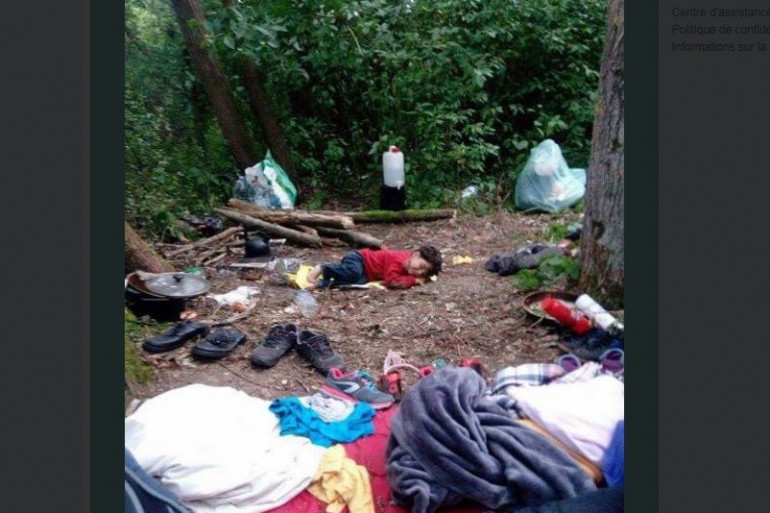 Un enfant dort dans le campement de Grande-Synthe (Nord)