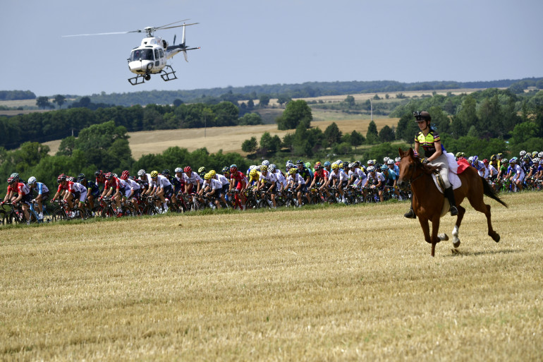 Un cheval escorte le peloton du Tour en juillet 2017