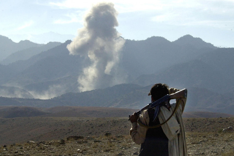 Un combattant afghan à proximité d'un bombardement près de Tora Bora (Afghanistan).