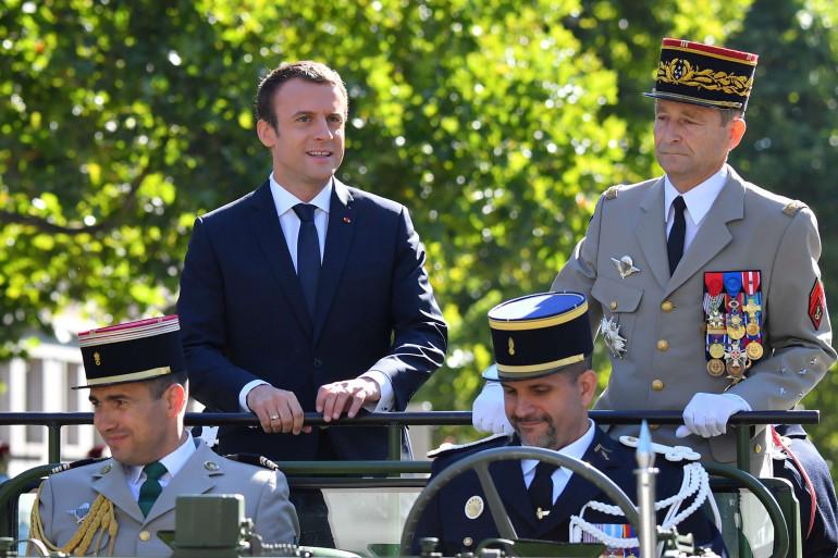 Emmanuel Macron et le général Pierre de Villiers (en haut à droite).
