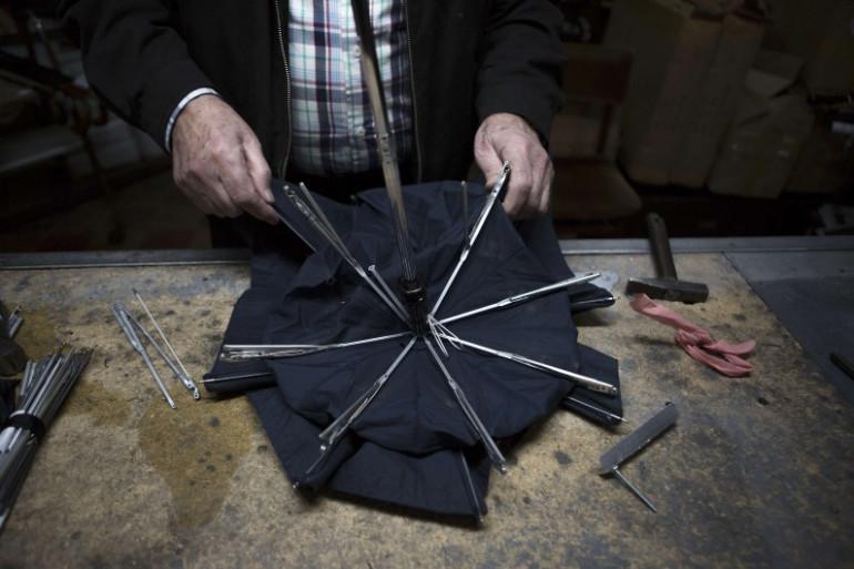 Un réparateur de parapluie (Illustration)