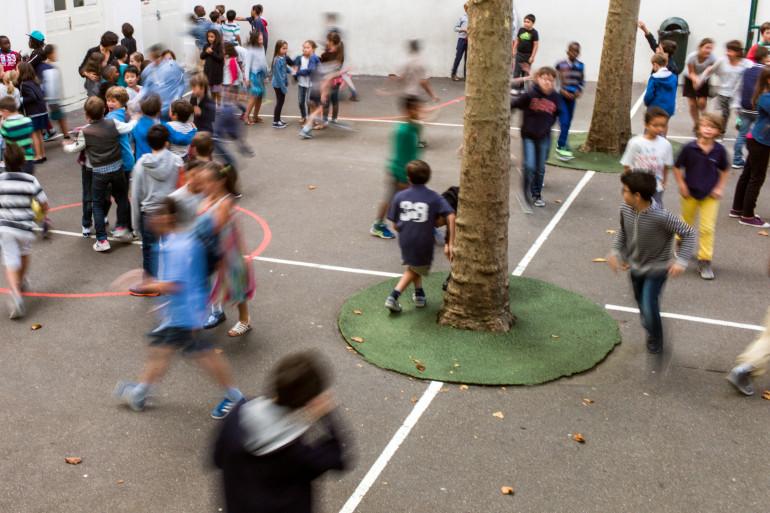 La cour de récréation d'une école primaire (illustration).