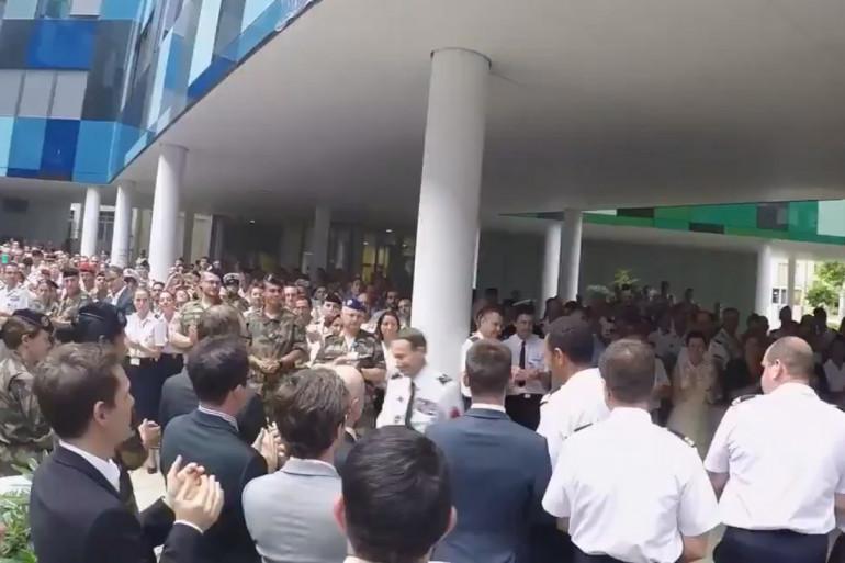Le général de Villiers quitte le ministère de la Défense sous les applaudissements de centaines de militaires, le 19 juillet
