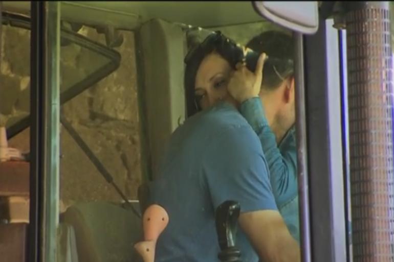 Sébastien et Emilie échangent un baiser passionné