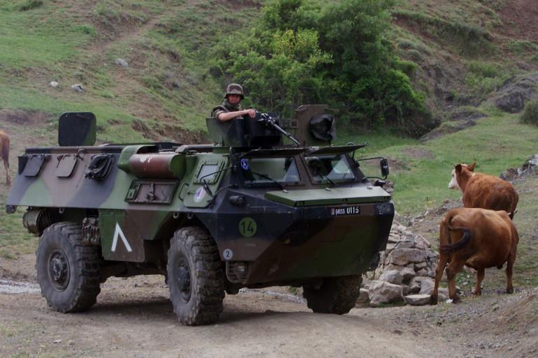 Un Véhicule de l'avant-blindé (VAB) du 21 RIMA (Régiment d'Infanterie de Marine) le 20 mai 1999 en Macédoine.