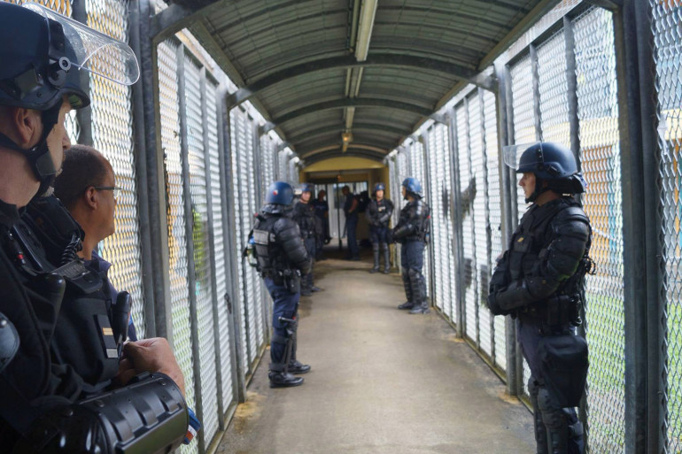 Opération de fouilles dans la prison de Baie-Mahault en Guadeloupe, le 1er août.