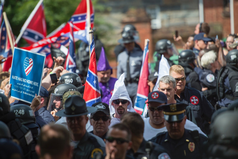 Des suprémacistes blancs manifestant à Charlottesville (États-Unis) le 12 août 2017.