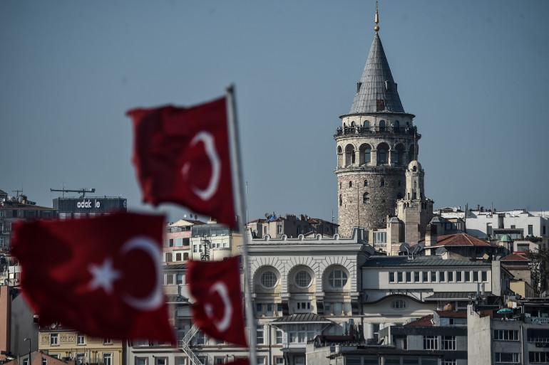 Des drapeaux turcs devant la Tour de Galata à Istanbul le 11 avril 2017.