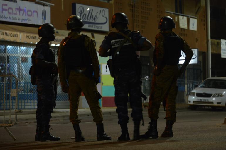 Les forces d'intervention à Ouagadougou devant le lieu de l'attaque terroriste qui s'est produite dans la nuit de dimanche à lundi 14 août qui a visé un bar-restaurant fréquenté par des expatriés
