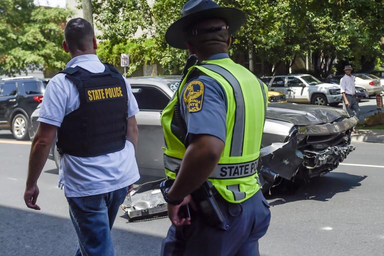 Des policiers devant le véhicule à Charlottesville, le 13 août 2017