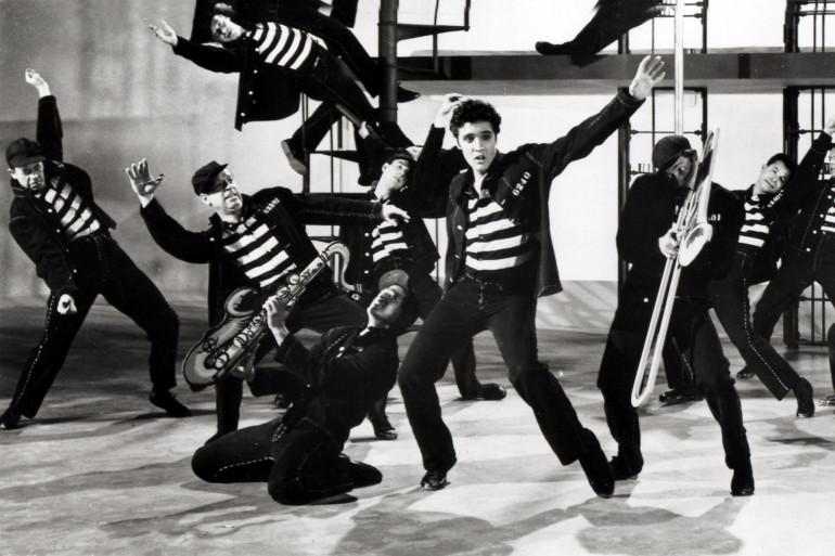 Elvis Presley en 1957 pour le clip de Jailhouse Rock.