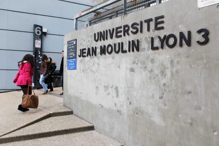 Des étudiants à l'entrée de l'Université Jean Moulin, à Lyon