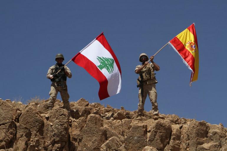 Des soldats libanais agitent un drapeau libanais et espagnol sur une position reprise à Daesh