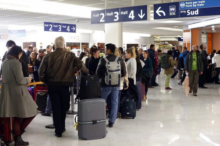 Des passagers à l'aéroport d'Orly, le 8 avril 2015