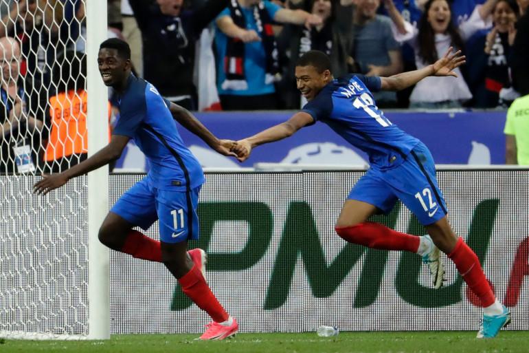 Ousmane Dembélé et Kylian Mbappé lors de France-Angleterre, au Stade de France le 13 juin 2017