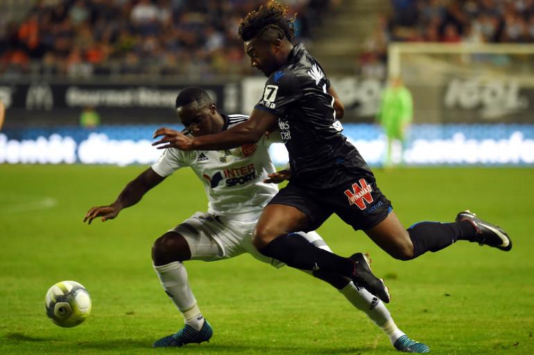 L'Amiénois Issa Cissoko à la lutte avec Pierre Lees-Melou lors de la 4e journée de Ligue 1, samedi 26 août.