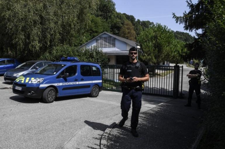 Les gendarmes devant le lieu de disparition de Maëlys à Pont-de-Beauvoisin en Isère.