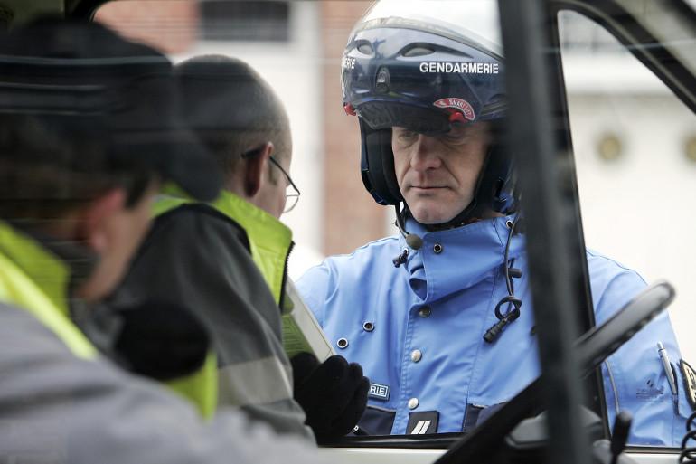 Un gendarme effectue un test d'alcoolémie. (Illustration)