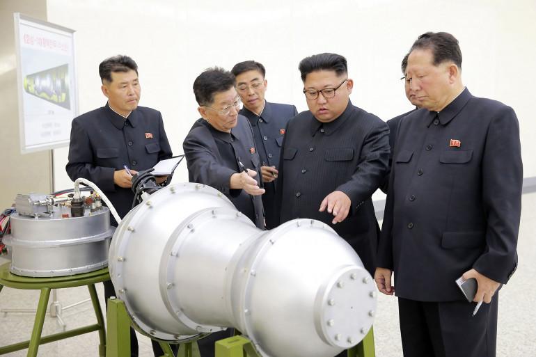 Kim Jong-Un inspecte une bombe de nature non vérifiée, à une date non communiquée
