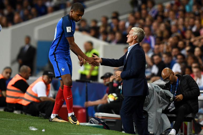 Kylian Mbappé sert la main de son sélectionneur dimanche 3 septembre 2017 à Toulouse