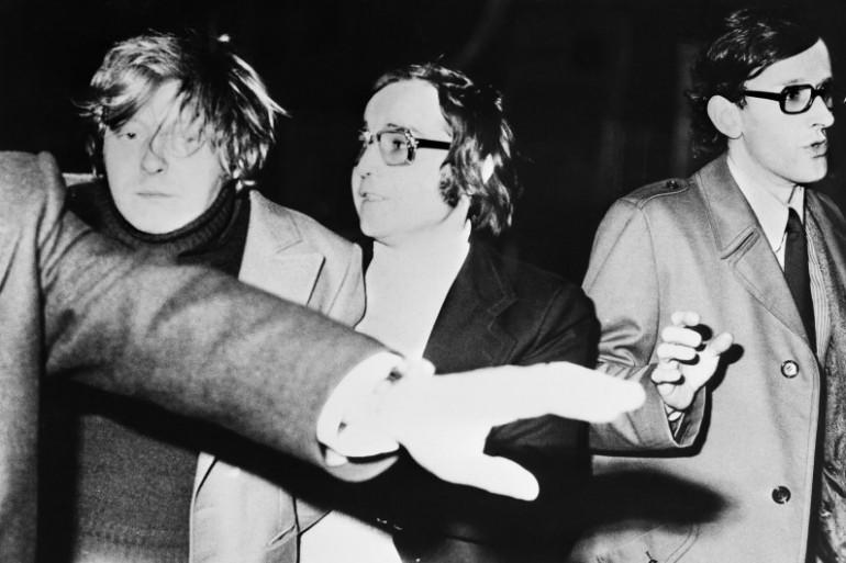 Patrick Henry (à gauche), le meurtrier du petit Philippe Bertrand, est emmené par les policiers après son arrestation, le 18 février 1976