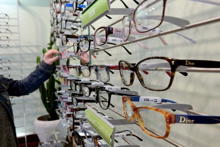 Présentoir de lunettes dans une boutique d'opticien