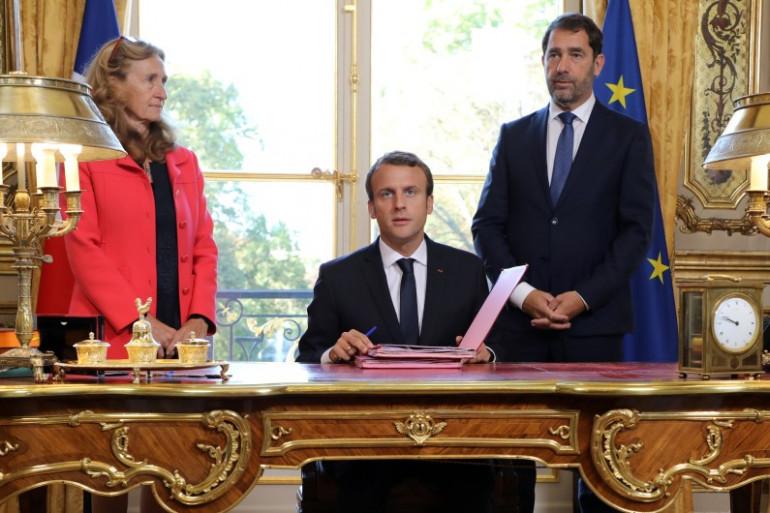 Emmanuel Macron lors de la signature de la loi Moralisation le 15 septembre, entouré de Nicole Belloubet et Christophe Castaner.