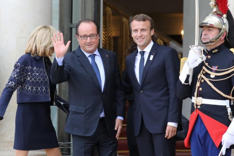 François Hollande et Emmanuel Macron sur le parvis de l'Élysée