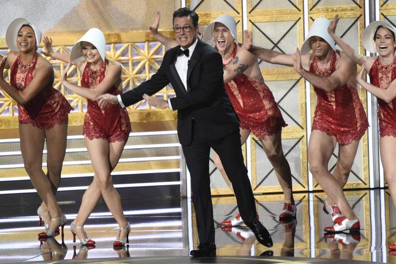 """Stephen Colbert et des danseurs reprenant le costume de la """"Servante écarlate"""""""