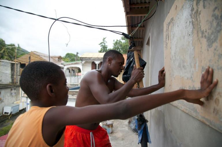 Des habitants de Guadeloupe sécurisent leurs maisons avant l'arrivée de Maria, lundi 18 septembre.