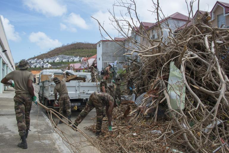 Des militaires déblayent les routes après le passage de l'ouragan Maria en Guadeloupe
