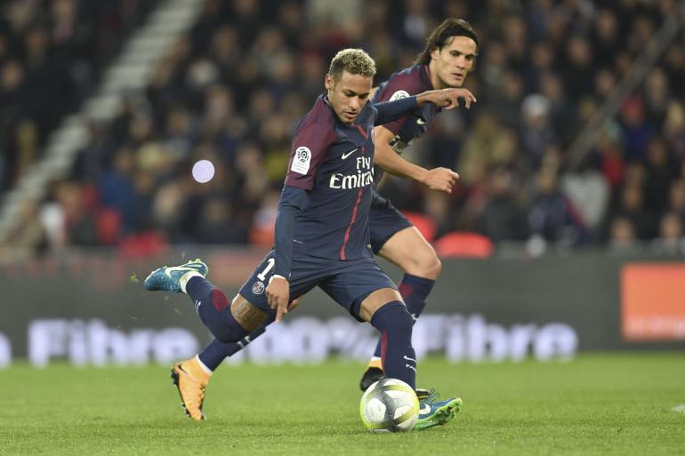 Neymar frappe un coup franc sous les yeux d'Edinson Cavani, le 17 septembre 2017 au Parc des Princes