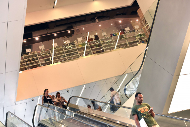 Un escalator dans un centre commercial. (Illustration)