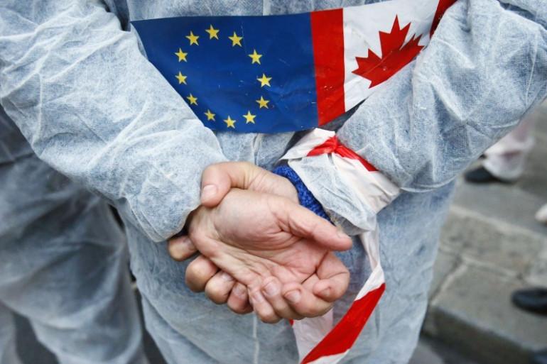 Un opposant au traité de libre-échange entre l'Union européenne et le Canada, le 1er octobre 2016 à Paris