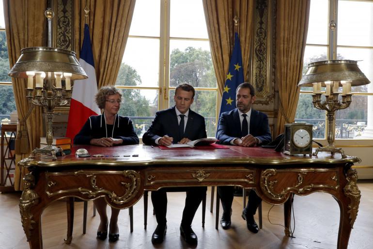Emmanuel Macron signe les ordonnances de réforme du Code du travail.