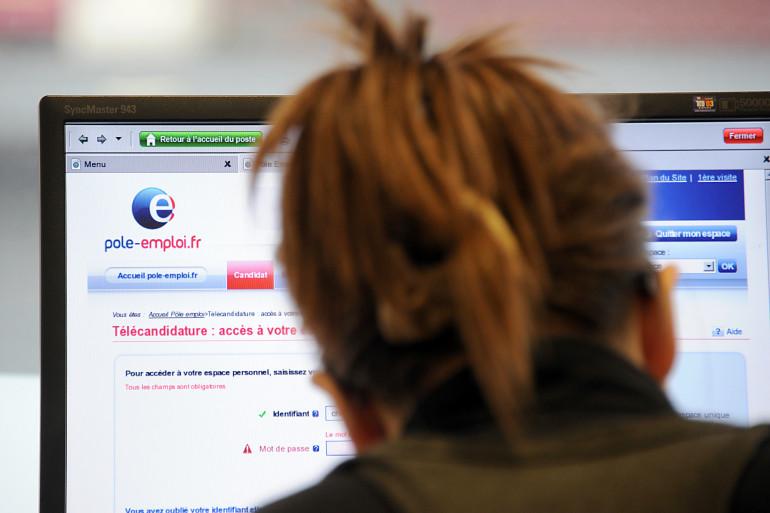 Une femme se connecte au site web de Pôle emploi. (Illustration)