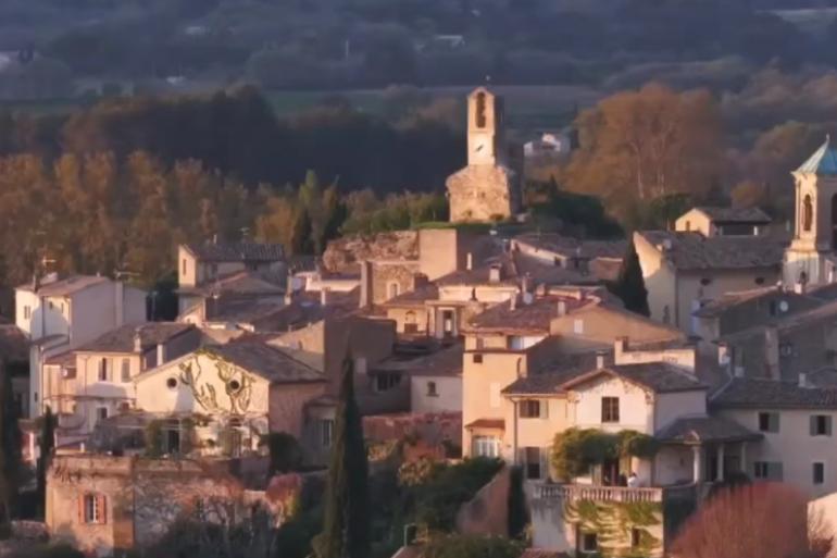 Le village français de Lourmarin (illustration)