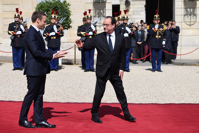 Emmanuel Macron et François Hollande devant l'Élysée, lors de la passation de pouvoir, le 14 mai 2017