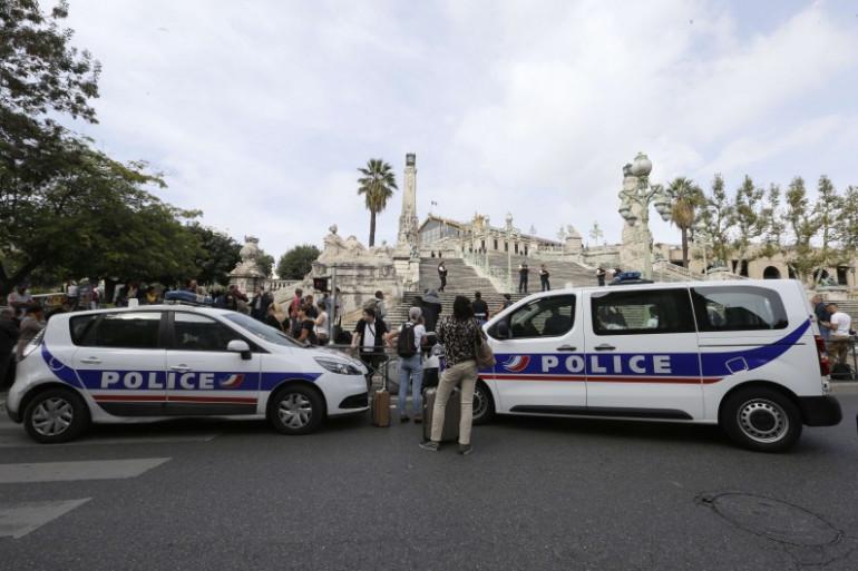 Des voitures de police à l'entrée de la gare Saint-Charles (Marseille) dimanche 1er octobre.