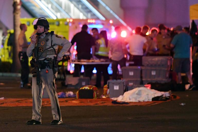 Un policier le 1er octobre à Las Vegas où un homme a tiré sur la foule, faisant plus de 20 morts.
