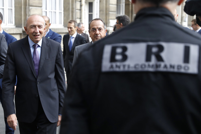 Gérard Collomb face aux membres de la BRI, à Paris le 1er septembre 2017