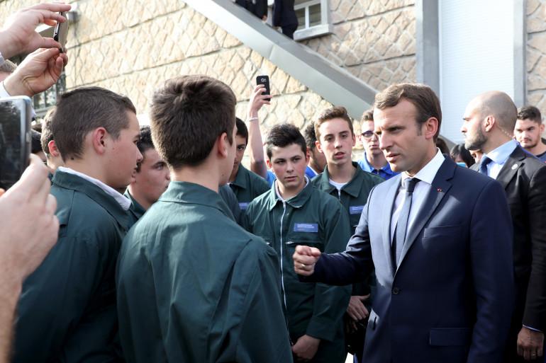 Emmanuel Macron face aux étudiants de l'EATP, à Egletons le 4 octobre 2017