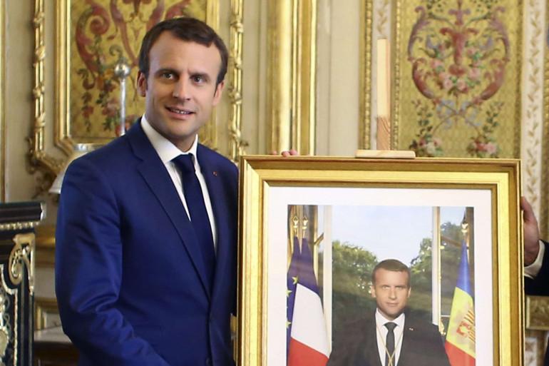 Emmanuel Macron avec son portrait officiel de président de la République
