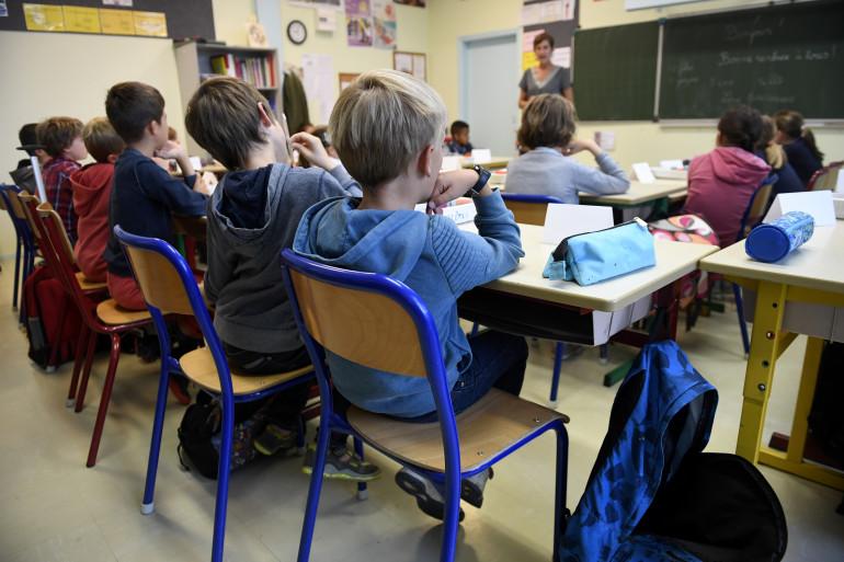 Une enseignante en primaire devant sa classe