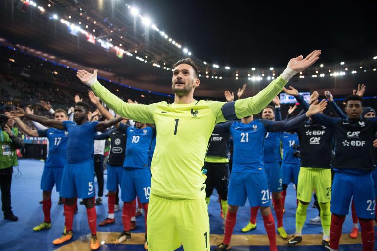 """Hugo Lloris et les Bleus effectuent un """"clapping"""" avec leur public, mardi 10 octobre 2017"""